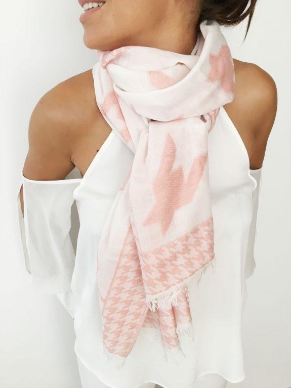 Tuch mit rosa Hahnenfuß Muster